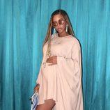 Look elegante premamá de Beyoncé con vestido largo rosa con botas hasta la rodilla