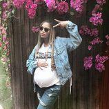 Look casual premamá de Beyoncé con camiseta, cazadora vaquera y jeans rotos