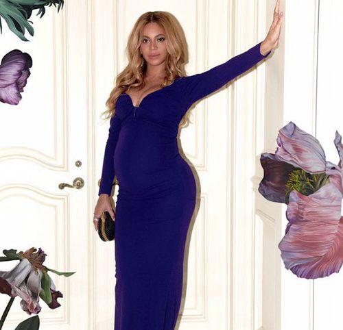 Look elegante premamá de Beyoncé con vestido largo ajustado azul oscuro