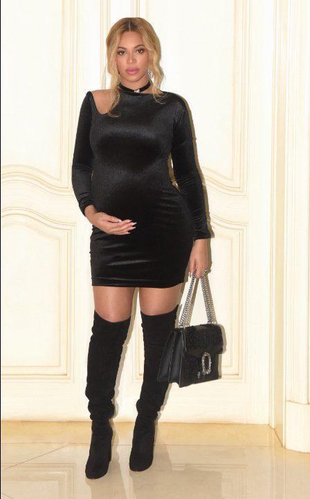 Look elegante premamá de Beyoncé con vestido ajustado corto y botas hasta la rodilla