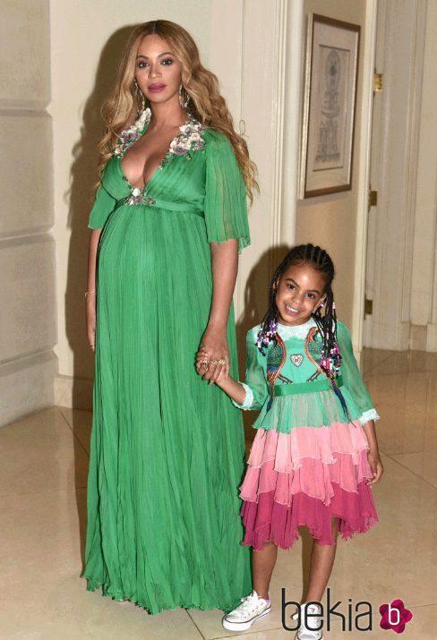 4ca95c85f Look elegante premamá de Beyoncé con vestido verde largo - Los looks ...