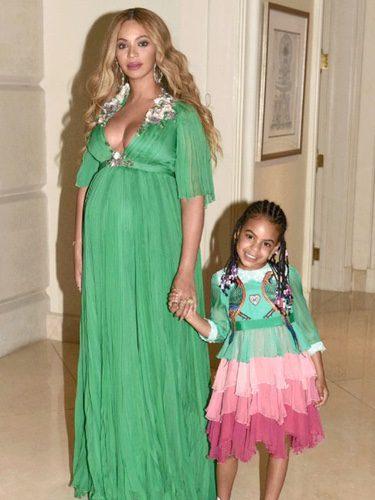 Look elegante premamá de Beyoncé con vestido verde largo