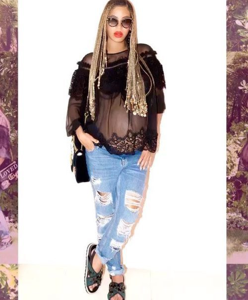 Look casual de Beyoncé con blusa negra