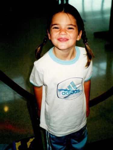 Kendall Jenner de pequeña con una camiseta de Adidas