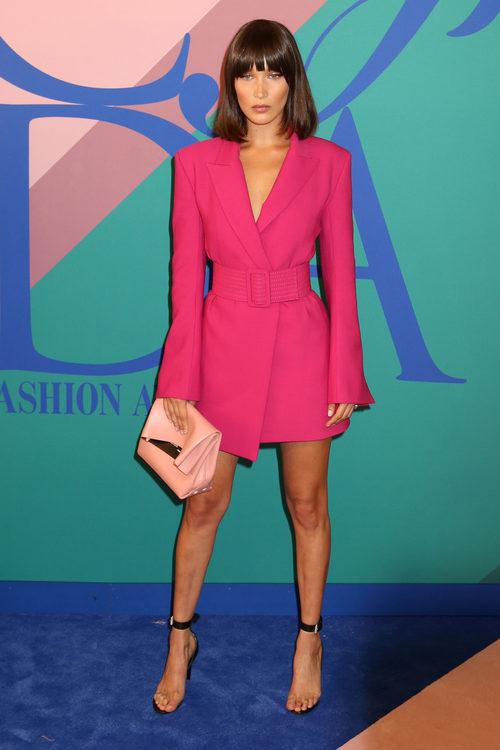Bella Hadid opta por un blazer a modo de vestido firmado por Off White