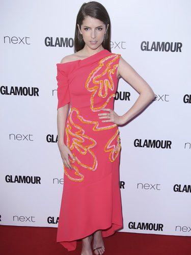 Anna Kendrick con un vestido asimétrico de Peter Pilotto