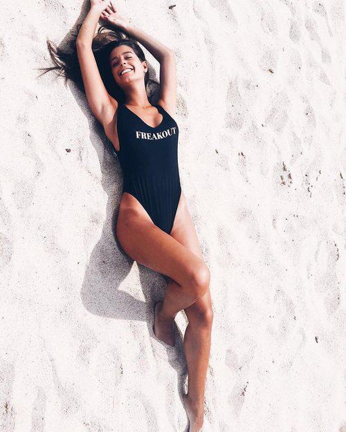 La influencer Marta Gatinho con bañador personalizado de Calzedonia