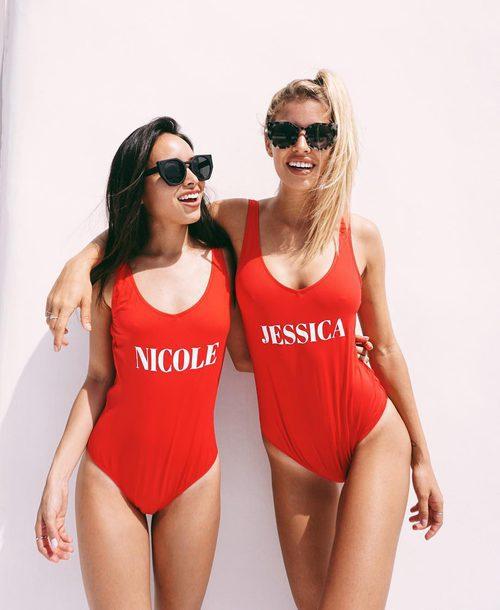 Las influencers Jessica Goicoechea y Nicole Parra con bañadores personalizados de Calzedonia