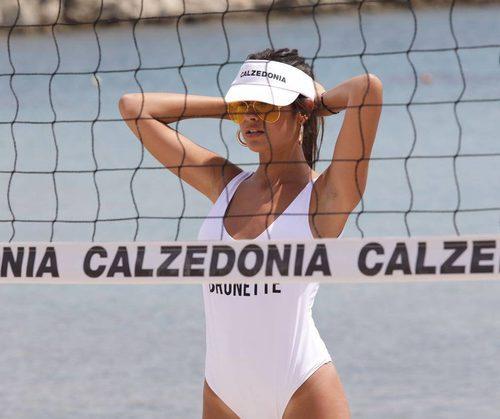 Modelo durante shooting de la colección de bañadores personalizados de Calzedonia