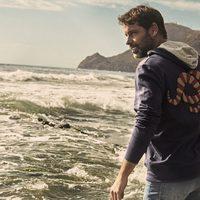 David Ascanio posando junto al mar para Mr Musk by Bloomers