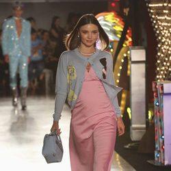 Miranda Kerr con un vestido rosa desfilando con la colección Resort 2018 de Moschino en Los Angeles