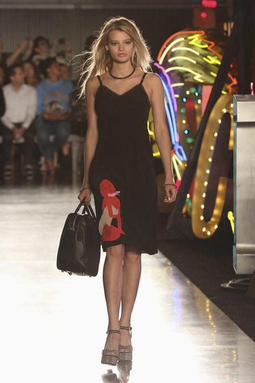 Vestido negro de la colección Resort 2018 de Moschino en Los Angeles