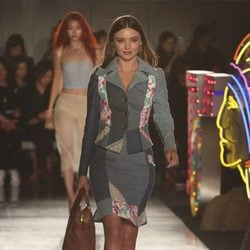 Miranda Kerr desfilando con la colección Resort 2018 de Moschino en Los Angeles