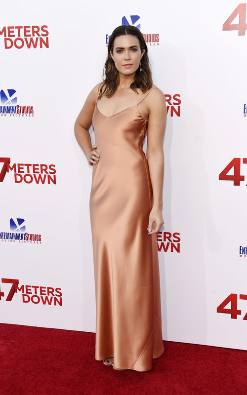 Mandy Moore con un vestido lencero de color melocotón
