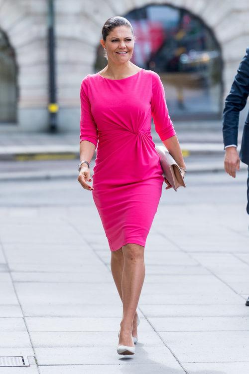 La Princesa Victoria de Suecia vestida de rosa en un acto oficial