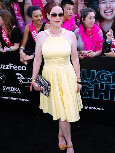 Molly Ringwald con un vestido amarillo en la premiere de Rough Night