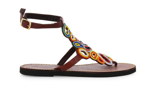 Modelo con abalorios de la colección de sandalias solidarias de Alma en Pena