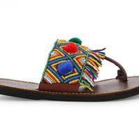 Modelo con abalorios y pompones de la colección de sandalias solidarias de Alma en Pena