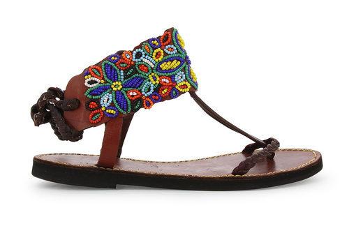Modelo con abalorios y forma de flor de la colección de sandalias solidarias de Alma en Pena