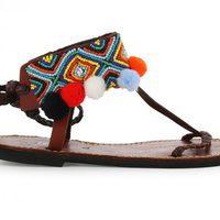 Modelo con pompones de colores de la colección de sandalias solidarias de Alma en Pena