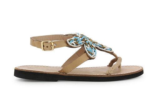 Modelo beige de la colección de sandalias solidarias de Alma en Pena