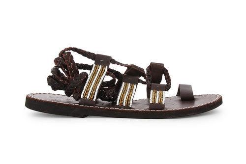 Modelo de gladiadoras de la colección de sandalias solidarias de Alma en Pena