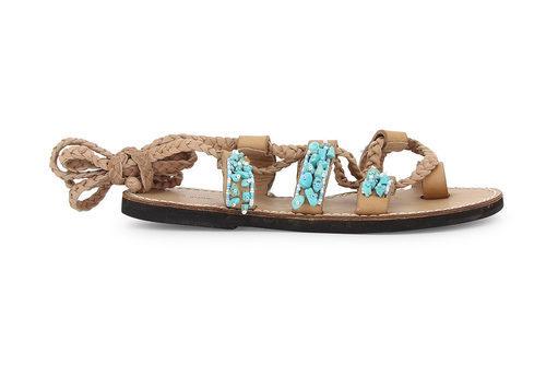 Modelo de gladiadoras beige de la colección de sandalias solidarias de Alma en Pena