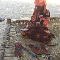 Mujeres de Kenia realizando sandalias para la colección solidaria de Alma en Pena
