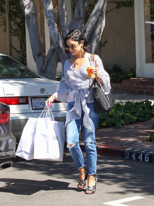 Vanessa Hudgens con camisa de volantes y jeans