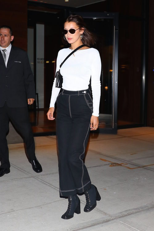 Bella Hadid con top blanco y mom jeans negros