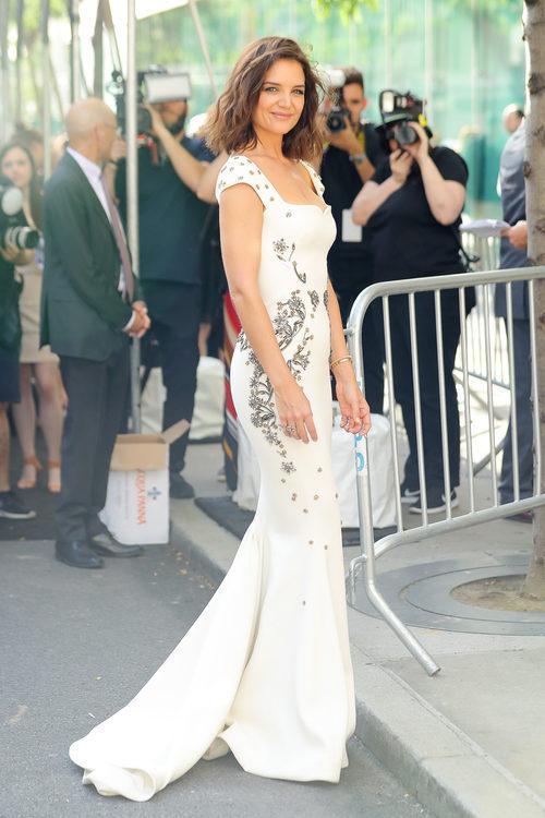 Katie Holmes con un vestido de inspiración nupcial