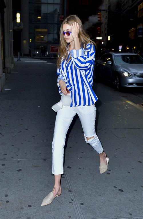 Gigi Hadid con una camisa de rayas en Nueva York