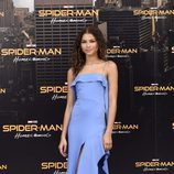 Zendaya con un vestido azul con aberturas