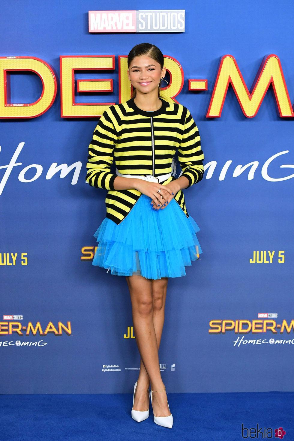 Zendaya con una chaqueta a rayas y falda de tul azul