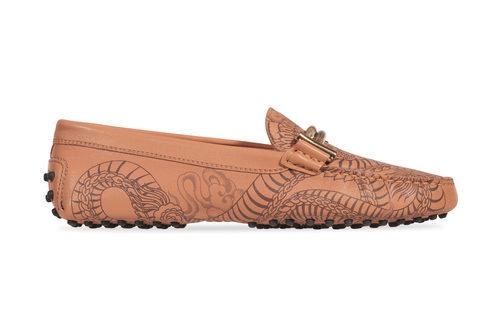 Zapato de estampado tatoo marrón de la colección 'Gommino' de Tod's para verano 2017