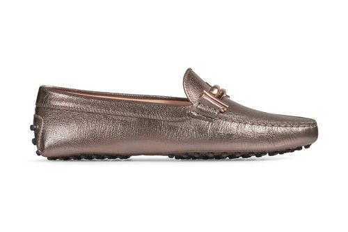 Zapato de color cobre metalizado de la colección 'Gommino' de Tod's para verano 2017