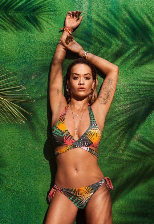 Bikini triángulo con estampado de palmeras de la colección 'RitaoraXTezenis' Verano 2017