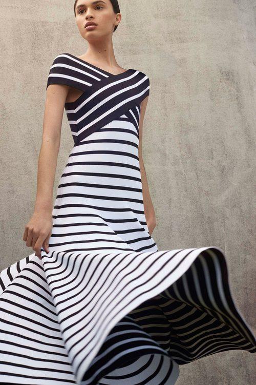 Vestido de rayas ajustado de la Colección Resort 2018 de Carolina Herrera
