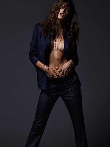 Alessandra Ambrosio con traje y joyas de Jacquie Aiche
