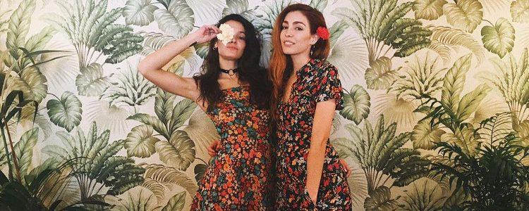 Ana Rujas junto a una amiga con look floral en su fiesta de cumpleaños