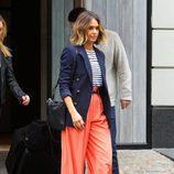 Jessica Alba con pantalón palazzo, camiseta navy y blazer azul