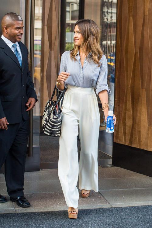 Jessica Alba con pantalón palazzo y camisa de rayas