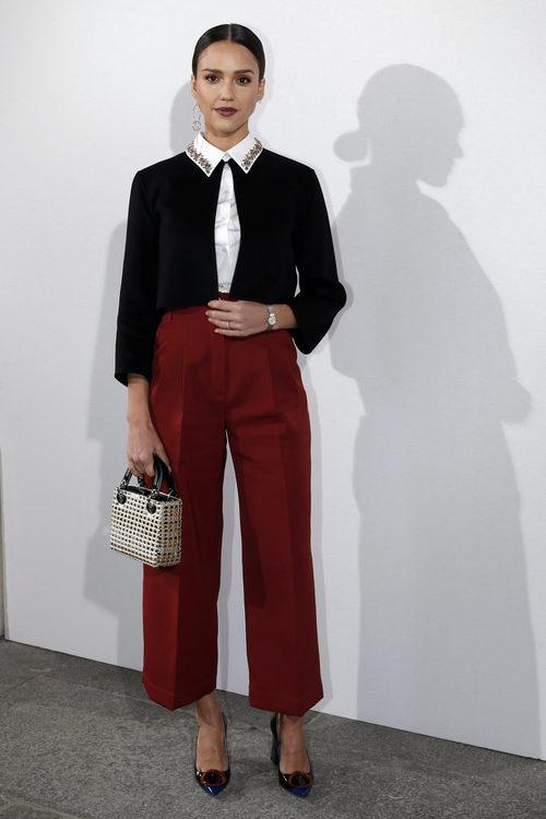 Jessica Alba con pantalón midi y torera