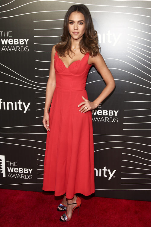 Jessica Alba opta por un vestido rojo