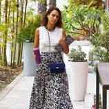 Jessica Alba con una falda midi estampada