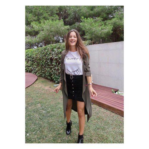 Malena Costa posa con una falda y una camiseta