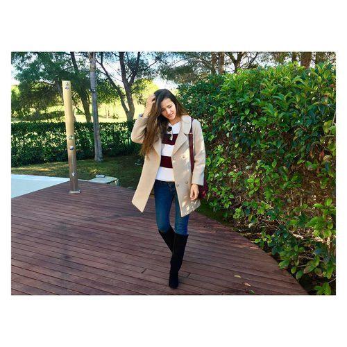 La modelo Malena Costa posa con una gabardina