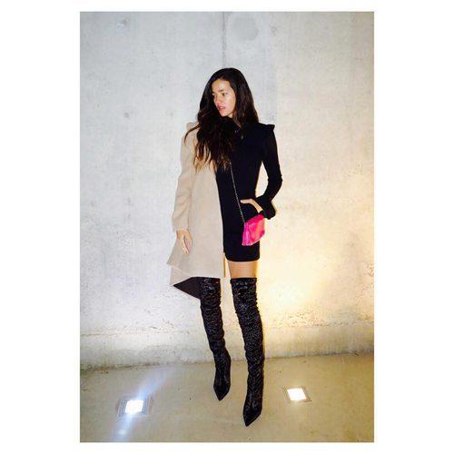 Malena Costa posa con un vestido negro y gabardina