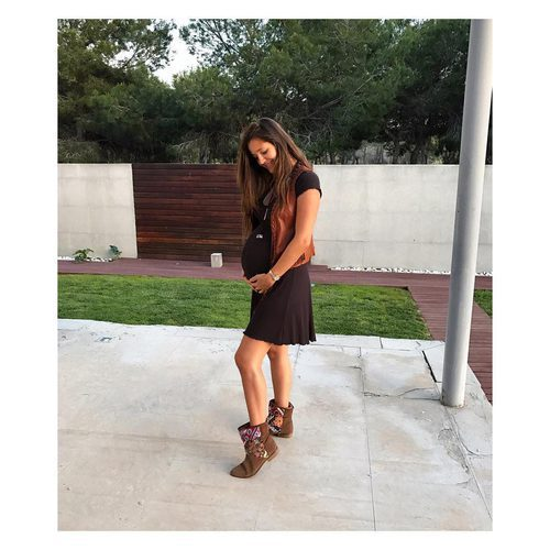 Malena Costa presume de embarazo con un vestido negro