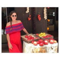 La modelo Malena Costa posa embarazada de su segundo hijo con vestido rojo